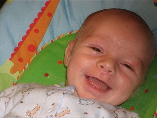 Коли дитина починає сміятися?