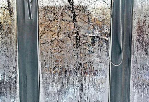 Чому потіють пластикові вікна взимку?